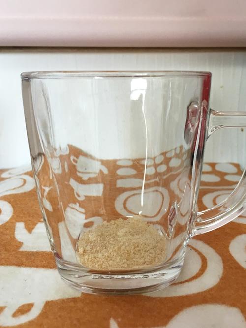 ネスカフェバリスタでのカフェオレの作り方 カップに粉砂糖を入れる