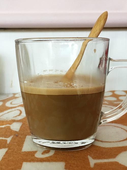 ネスカフェバリスタでのカフェオレの作り方 淹れたコーヒーに牛乳を注ぐ