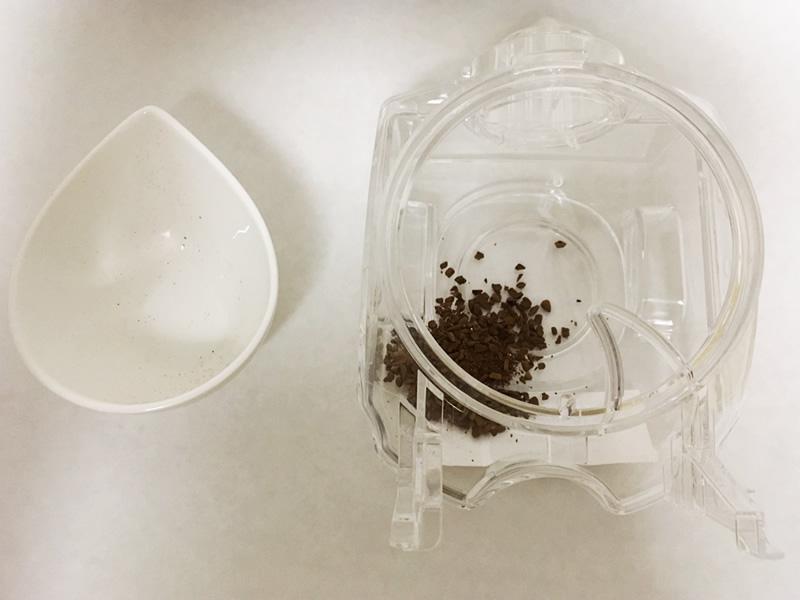 コーヒータンクにコーヒーの粉を戻す
